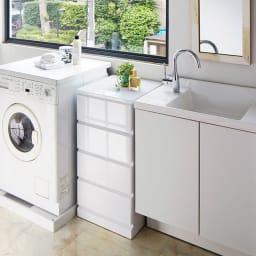 光沢仕上げ内部化粧チェスト 幅70cm・奥行30cm 使用イメージ 洗面台と洗濯機の間にもすっきり収まる優美なルックス。 ※写真は幅40cm・奥行45cmタイプです。