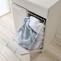 組立不要 隠せる脱衣カゴ付きサニタリーチェスト カゴ2個 幅60奥行42cm フラップ扉は手前に倒れる仕様なので開け閉めがらくにできます。