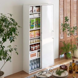 すっきり隠せる薄型引き戸収納庫 幅90cm 大きさがさまざまなキッチン周りの小物、ストック類もこれ一台でたっぷり収納ができます。