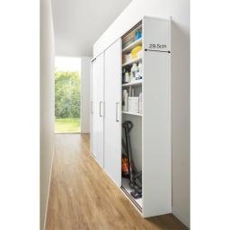 すっきり隠せる薄型引き戸収納庫 幅90cm 廊下を利用して、家事用品のストレージスペースに。下段の棚を外してつかえば掃除機などの長いものもまとめて収納できます。(ア)ホワイト