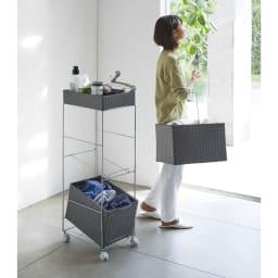 ラタン調サニタリーバスケットワゴン 幅56cm 使用イメージ(ウ)グレー バスケットは持ち手付きで、洗濯物を運ぶ際に便利です。 ※写真は幅28cmタイプです。