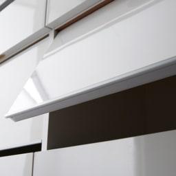 組立不要 洗濯カゴ付き2in1光沢サニタリー収納庫 ハイタイプ 幅43.5cm 【扉下部】 扉の下部には樹脂を貼り付けることで、大切な衣類を傷めないように配慮しました。