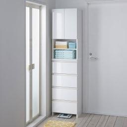 スペースに合わせて奥行が選べるサニタリーチェスト 奥行31cm・幅45cm 扉・引出しを閉じれば清潔感あふれる光沢感が際立ちます。