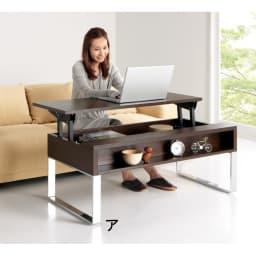収納もたっぷり!腰かけながら使えるリフティングテーブル幅90 腰をかがめることなく、ソファに座ったままキーボードをタイピングできます。 ※写真は幅110cmタイプ