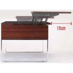 収納もたっぷり!腰かけながら使えるリフティングテーブル幅90 天板は手前にスライドしながら昇降します。閉めた時にはソファから立ち上がる時の導線も邪魔しません。
