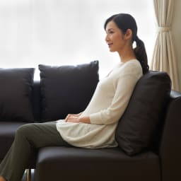 シンプルスタイルコーナーソファ 2人掛けソファ・幅135cm クッションにはたっぷりのポリエステル綿を使用しています。身体を包み込むような感じに。