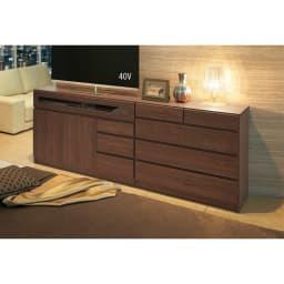 【完成品・国産家具】ベッドルームで大画面シアターシリーズ チェスト 幅80高さ70cm コーディネート例(ウ)ダークブラウン ※お届けは写真右側、チェスト・幅80高さ70cmです。