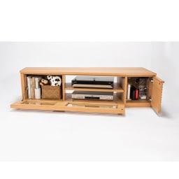 大型テレビが見やすい天然木格子コーナーテレビ台 幅135cm 右コーナー(右壁付)用 フラップ扉はバタンと倒れないソフトダウンステー仕様。デッキ・モデムからリビングの小物まで収納可能です。