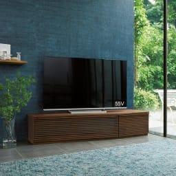 大型テレビが見やすい天然木格子コーナーテレビ台 幅135cm 右コーナー(右壁付)用 使用イメージ(ア)ウォルナット ※写真は幅165cm・右コーナー用です。