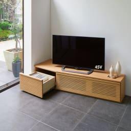 大型テレビが見やすい天然木格子コーナーテレビ台 幅135cm 右コーナー(右壁付)用 使用イメージ(イ)オーク ※写真は幅165cm・左コーナー用です。幅165cmタイプには引き出し付き。
