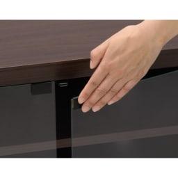 テレビ上の空間を有効活用できるシリーズ コーナー用テレビ台 幅120cm 軽く押すだけで簡単に開閉できるプッシュ式の扉は、受光部を遮らない枠なしタイプ。