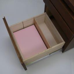 移動しやすいキャスター付きアルダー天然木 天板昇降式デスクチェスト 最下段の引き出しには移動式の仕切り板付き。