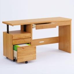 移動しやすいキャスター付きアルダー天然木 天板昇降式デスクチェスト デスクチェストは昇降式。デスク(別売り)の高さと合わせれば、広い作業面を確保できます。
