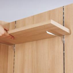 テレワークにおすすめ!おこもり個室デスク 幅85.5cm バックパネルの棚板は引っ掛け式。2.5cm間隔で高さ調整ができます。