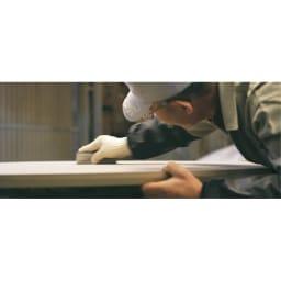 タモ天然木アルミラインデスク 奥行60cm 幅100cm 「使い勝手だけでなく心を満たすデスクを」そんな私たちの想いに応え、職人の真心で一台ずつ丁寧に研磨し作ります。本物の家具の素晴らしさを伝えてくれる美しい仕上がりです。