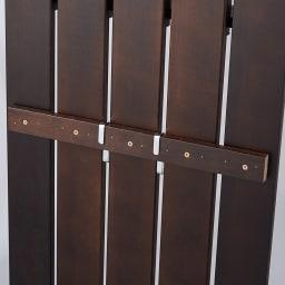 金具がきれいに隠せる 天然木突っ張りウォール 幅62cm フックと棚は本体の裏側に付いている補強板に引っ掛けて使用できます。