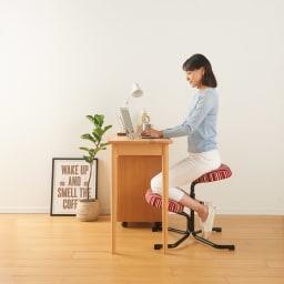 バランススタディチェア (ウ)ストライプレッド  長時間座っていても疲れにくく大人の方でも使用できます。