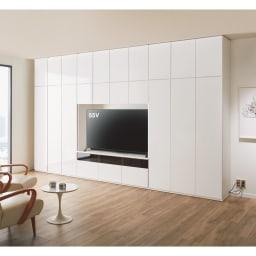 奥行44cmオーダー対応突っ張り式上置き(1cm単位) テレビ台用 幅180cm・高さ26~90cm コーディネート例(ア)ホワイト 光沢が美しいフラット扉で、お部屋とスマートに一体化。