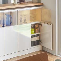 【完成品】LED付きギャラリー収納本棚 幅60奥行20cm 2枚扉タイプ 扉の中の可動棚板は3cm間隔で高さ調節可能です。
