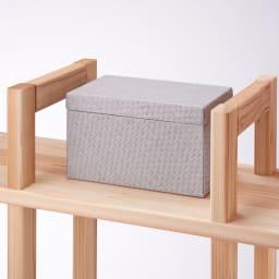 国産杉 頑丈スクエアラック 3列 幅111奥行32cm 上部の棚は箱など大きいサイズの収納に便利です。