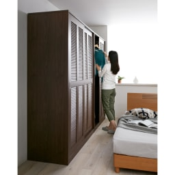 通気性の良い 引き戸ルーバーワードローブ 幅90cm コーディネート例(イ)ダークブラウン 引き戸タイプだから開閉スペース不要。寝室にも置きやすいクローゼットです。