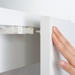 移動式間仕切りクローゼット 板扉タイプ・可動棚板4枚 振動で開きにくいプッシュラッチを採用しています。押すだけで扉が開く仕様です。※上下ともプッシュラッチになります。