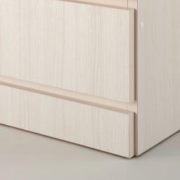 システム壁面ワードローブ 棚タイプ・幅60cm 床から扉の底辺までは約10cm。扉開閉時にラグなどを引きずる心配はありません。