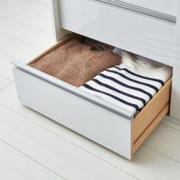 衣類をまとめて収納できる光沢仕上げタワーチェストクローゼットハンガー 幅150cm 大容量の引き出しに衣類をたっぷり収納できます。