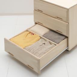 【衣類に優しい押し入れ収納】総桐スライドレール押入3段 ミドル69 引き出し収納例。仕切り板の前後で分類収納が可能です。