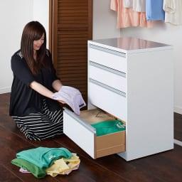 奥行が選べる隠しキャスター付きチェスト 深めのクローゼットタイプ 奥行60幅60高さ58.5cm・3段 本体を移動できるので、衣類の整理整頓の際にも活躍します。