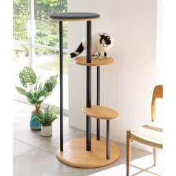 オーク天然木無垢材でできた ネコ用タワー (イ)木部:ナチュラル/カバー:グレー ネコの昇りやすさを考えて約40cm間隔で高さを変えています。