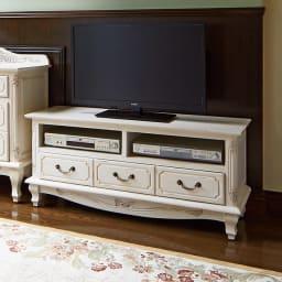 アンティーク調クラシック家具シリーズ テレビ台・幅113cm コーディネート例:テレビ台周りを華麗に演出。 ホワイトは華やかな装飾と相まってエレガントな空間に。