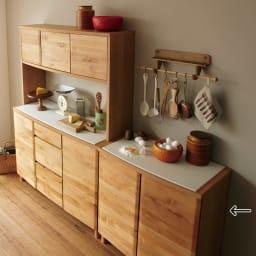 アルダー天然木アールデザインシリーズ カウンター 幅80cm 滑らかな丸みを持たせたデザインの、上質感が漂う北欧家具風キッチン収納。 ※お届けは(写真右)カウンター幅80cmです。