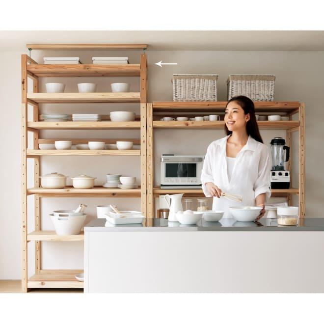 【天井突っ張り対応】国産杉の無垢材キッチン収納 壁面突っ張りラック 幅119奥行51cm 北欧風を感じさせるシンプルなキッチンラック。食器棚としても便利です。(右は同シリーズ突っ張りなしキッチンラックです)