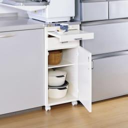 組立不要 ステンレス天板隙間収納 段違い棚扉タイプ 幅35cm・奥行55cm 食洗機などの家電置き台としてもお使いいただけます。おしゃれなシステムキッチンになじむ人気のデザイン。