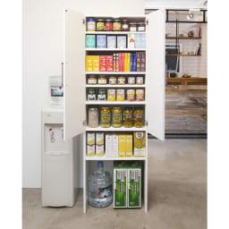 《幅59cm》ゴミ箱上を有効活用!下段オープンたっぷり収納庫 ゴミ箱上の無駄なスペースを活用できるキッチンストッカー。上部の棚には食品や買い置きがたっぷり入り、下部はオープン仕様です。