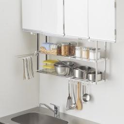 《2段タイプ》はさむだけで取り付けラクラク 幅伸縮キッチン戸棚下収納 吊り戸棚の底板に挟むだけのステンレスラック。上下2段の棚にたっぷり収納できます。