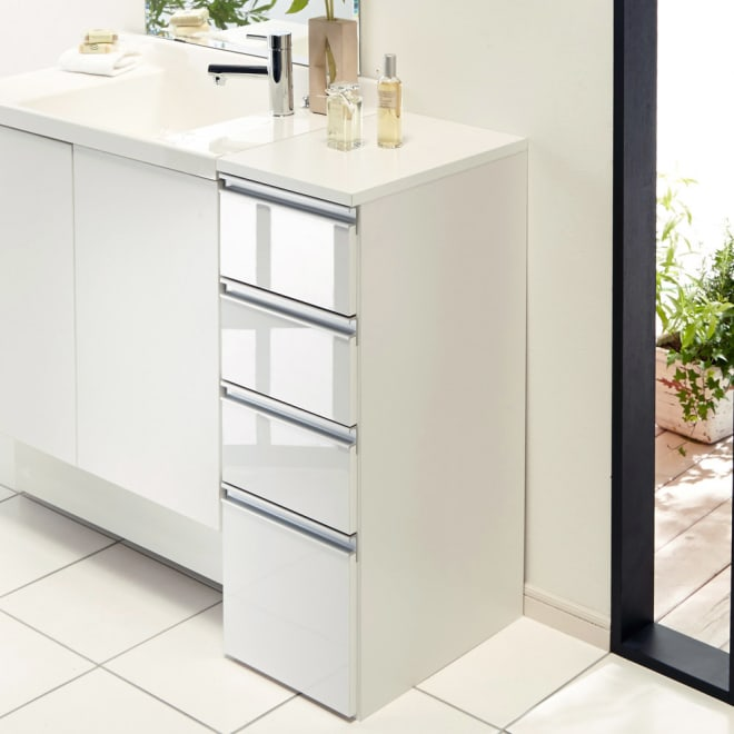 組立不要 収納物に優しい サニタリーすき間チェスト 幅30cm 洗面所などの水まわりの隙間を活用できる収納チェスト。前面の光沢感が清潔な洗面空間を演出します。