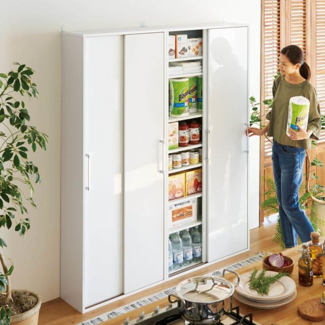 すっきり隠せる薄型引き戸収納庫 幅82.5cm せまいキッチンでも手軽にパントリーが実現。薄型だから並べて置いても圧迫感がなく大量に収納できます。 コーディネート例(ア)ホワイト ※本商品はむかって右側です。