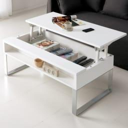 収納もたっぷり!腰かけながら使えるリフティングテーブル幅90 【ポイント】 天板がスライド昇降して、ノートPC やコップがソファへ腰かけている自分の手元へ。 (イ)ホワイト※手前のオープン部両端には脚部を取り付けるための穴が残ります。(ダークブラウンの写真参照)予めご了承ください。