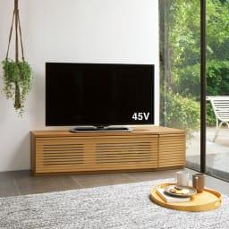 大型テレビが見やすい天然木格子コーナーテレビ台 幅135cm 右コーナー(右壁付)用 幅135・右コーナー(イ)オーク 上質な天然木の表情を存分に堪能できるテレビ台。テレビを斜めに置けるので、部屋のどこからでも見やすい角度に。