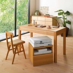 タモ天然木アルミラインデスク 奥行60cm 幅120cm (ア)ナチュラル 写真は、プリンターワゴン、チェアとの組み合わせ例です。
