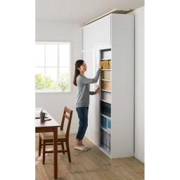 光沢仕様 引き戸壁面収納本棚 幅150奥行40突っ張り上置き高さ55~70(本体52)cm コーディネート例 ※お届けは上置きです。 ※モデル身長:160cm