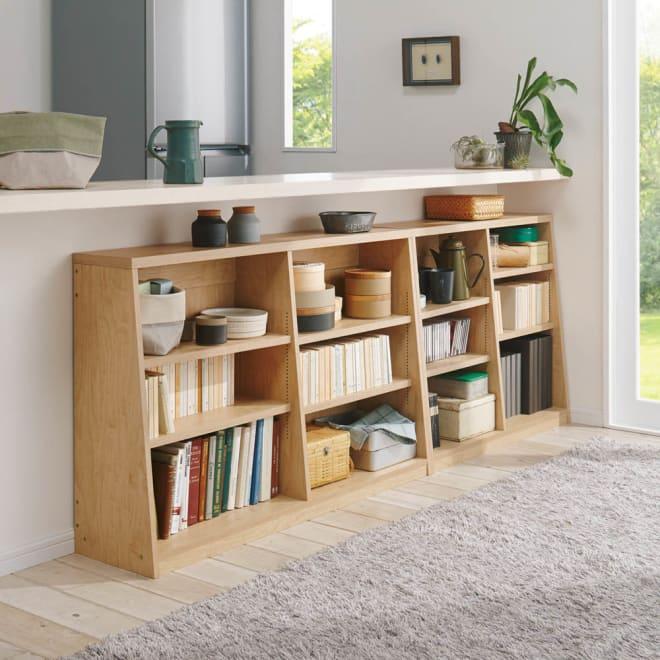 脚元安定1cmピッチ棚板頑丈薄型書棚 高さ76.5cm コーディネート例(ウ)ナチュラル カウンター下に。 ※左から幅118cmタイプ、幅90cmタイプです。