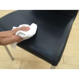 バタフライ伸長ダイニング ハイバックチェア 同色2脚組 座面は合成皮革なので手入れがしやすい仕様です。