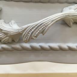 シャビーシック フレンチ リビング収納家具シリーズ デスク 引き出しの取っ手には、流麗なデザインの装飾が施されています。