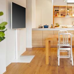 WALL/ウォール 壁寄せテレビスタンド ハイタイプ 大 使用イメージ。キッチンスペースの高さのある椅子にも目線を合わせてテレビを設置できます。