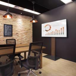 WALL/ウォール 壁寄せテレビスタンド ハイタイプ 大 使用イメージ。オフィスの会議室にもマッチするすっきりとしたデザイン。