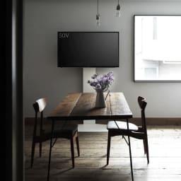 WALL/ウォール 壁寄せテレビスタンド ハイタイプ 大 使用イメージ。