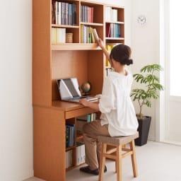 本好きの為のデスクシリーズ シェルフ 幅60cm 使用イメージ(イ)ナチュラル ※座ったまま手が届く仕様です。